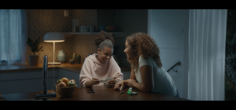 EXTRA gum ad encourages new usage occasions at home